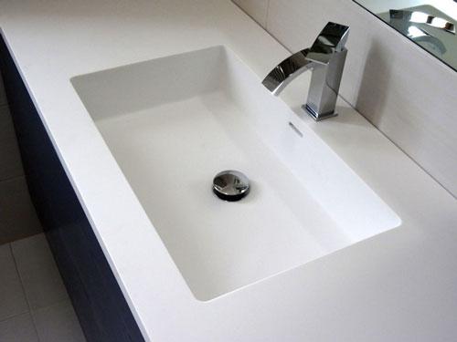 Top-bagno-vasca-Corian_mobiletto-500x375